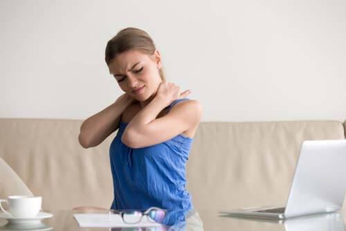 Ragazza con dolori al collo