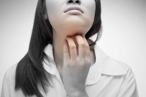 Donna ha mal di gola