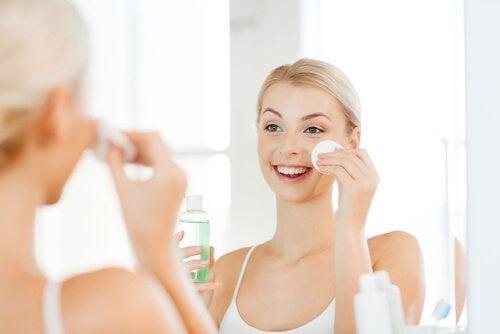 Ragazza deterge il viso con un dischetto