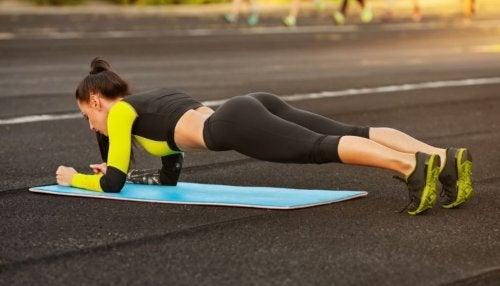 Ragazza fa plank sulla strada