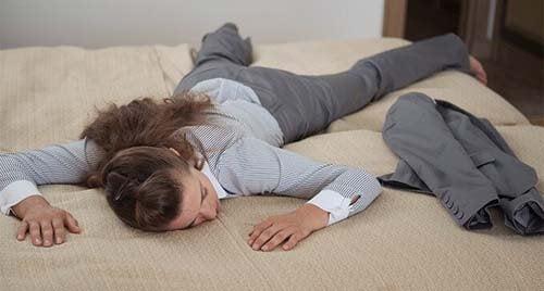 Ragazza stanca sul letto