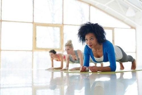 Il plank: benefici per gli addominali e il corpo