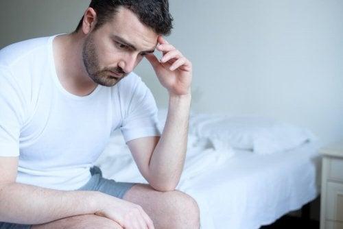Uomo a letto preoccupato