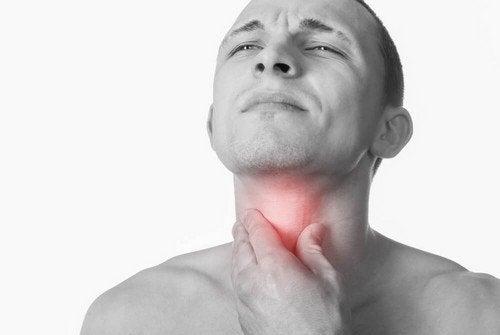 Uomo con gola infiammata