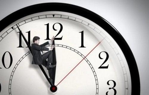 Uomo sposta le lancette di un orologio