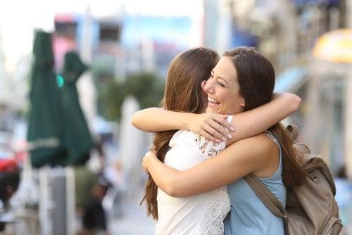 Abbraccio tra due donne