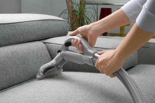 Pulire un divano con l'aspirapolvere