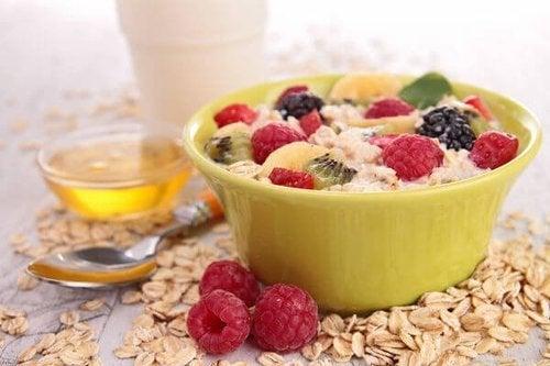 Avena e frutta colazione per abbassare il colesterolo