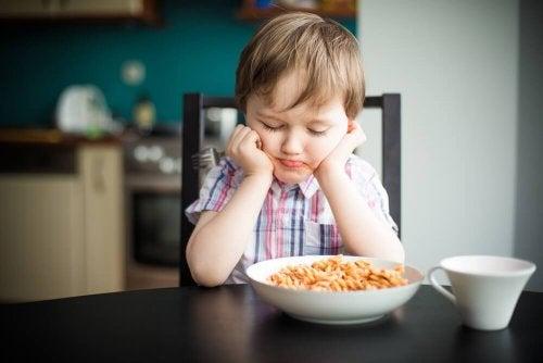 Bambino che non vuole mangiare la pasta