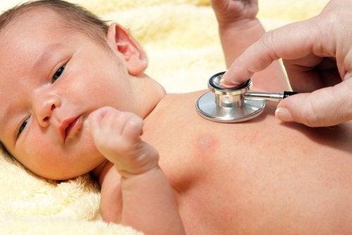 Bambino dal dottore prevenire la sepsi neonatale