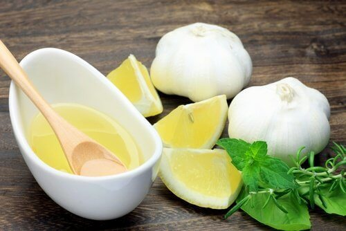 Bevanda aglio e limone colazione per abbassare il colesterolo