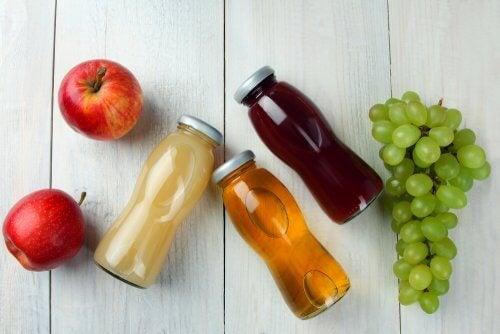 Bibite e frutta su un tavolo