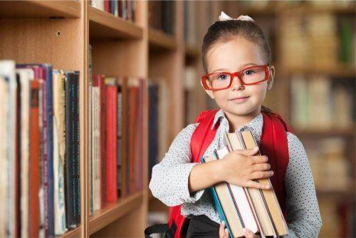 Bimba con occhiali in libreria.