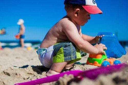 Bambino gioca sulla spiaggia