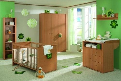 Cameretta per bambini con le pareti verdi