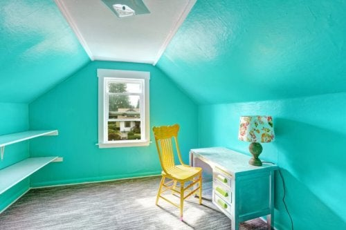 Soffitta dalle pareti color celeste