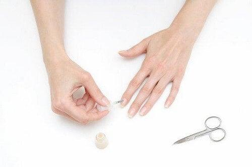 Mettere lo smalto senza macchiare le dita