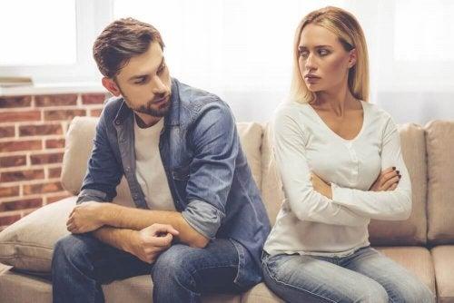 Coppia che si guardano arrabbiati perché il partner egocentrico