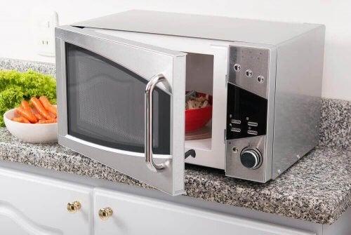 Cucinare nel microonde fa bene alla salute?