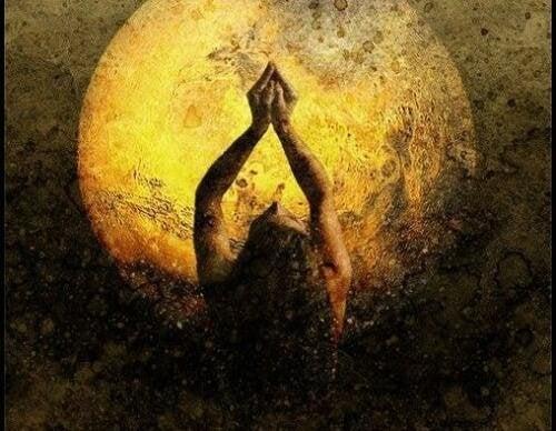Donna con luna sullo sfondo esaltando la solitudine