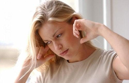 Donna con mal d'orecchio