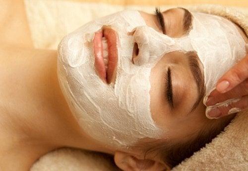 Donna con maschera per il viso
