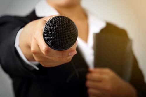 Donna punta il microfono