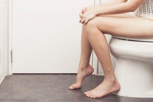 Donna seduta sul wc