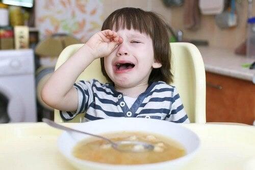 Il bambino non vuole mangiare: cosa fare?