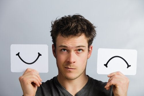 Uomo con sorriso e faccia imbronciata