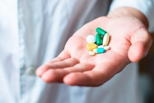 Mano con farmaci per iperreflessia autonoma