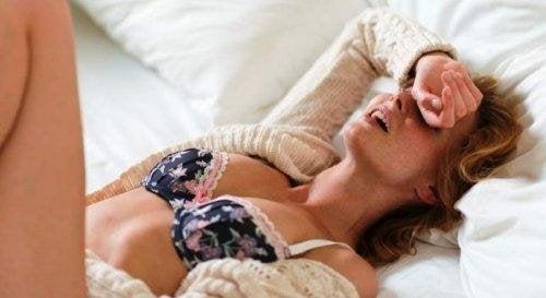 Donna con orgasmo petite mort