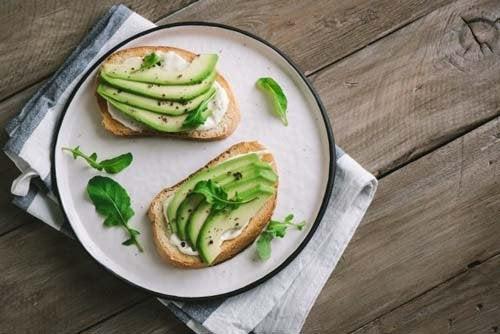 Formaggio vegano di avocado e origano, buono e salutare