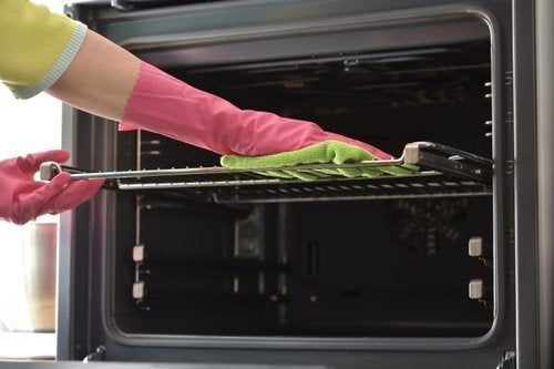 Pulire le griglie del forno con prodotti naturali