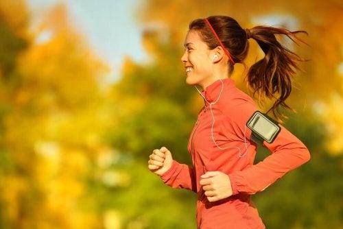 Ragazza fa jogging con le cuffiette