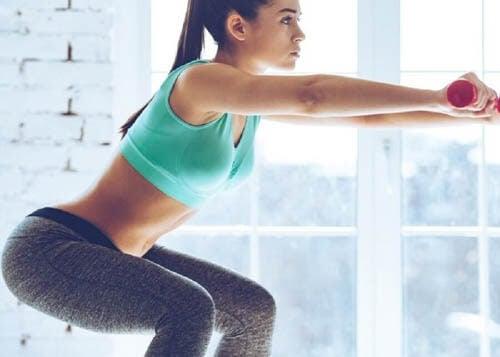 Lo squat è uno degli esercizi da fare a casa