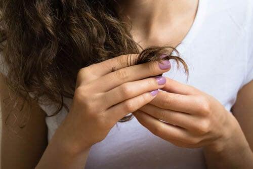 Donna si tocca i capelli