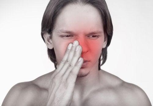 Ragazzo con mucose nasali infiammate
