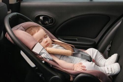 Seggiolino auto affrontare un lungo viaggio con un neonato