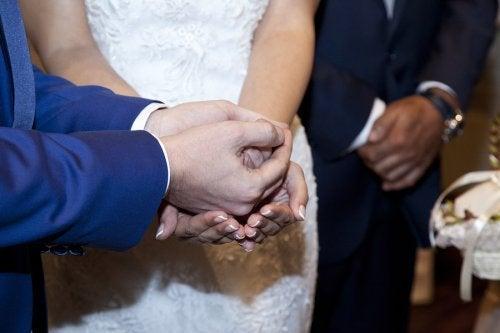 Sposi scambiamo le arras matrimoniali