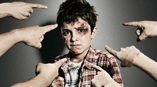 Bambino vittima dei compagni bulli