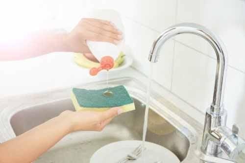 Disinfettare le spugne da cucina con soluzioni naturali