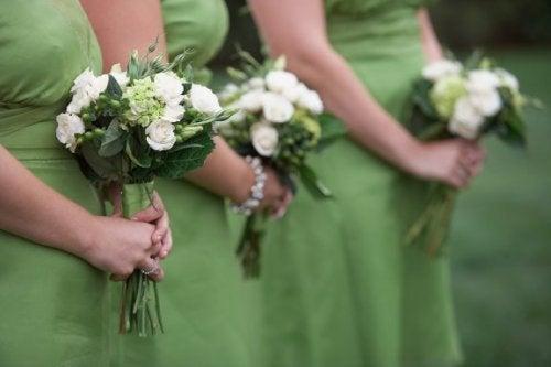 Damigelle d'onore vestite di verde