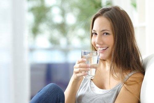 Donna bevendo acqua