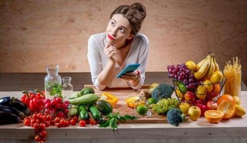 Donna che calcola il fabbisogno calorico giornaliero