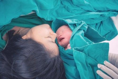 Donna con il suo bambino appena nato