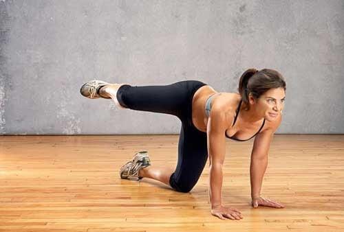Donna si allena per rinforzare i glutei