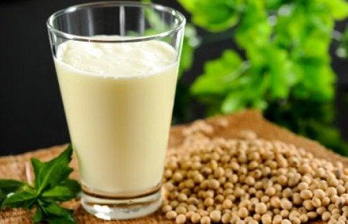 Latte di canapa: valori nutrizionali, benefici e ricetta