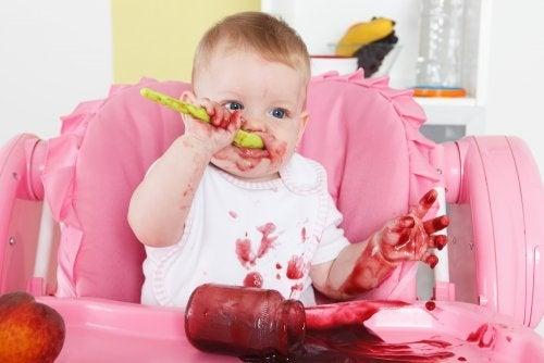 Neonato mangia la pappa