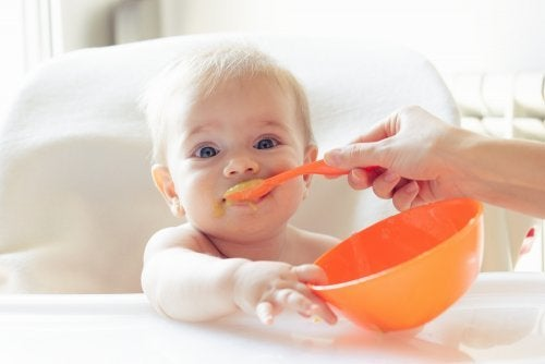 Bambino mangia la pappa